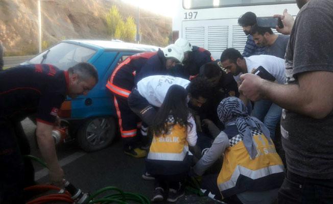 Otomobil otobüsün altına girdi: 2 yaralı