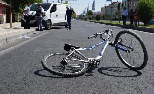 Bisikletle yolun karşısına geçmek isteyen çocuğa minibüs çarptı!
