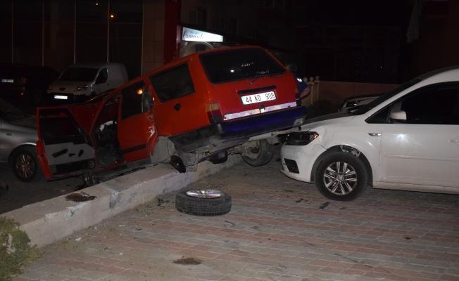 Otomobil park halindeki araçların üzerine uçtu: 1 kişi yaralandı!