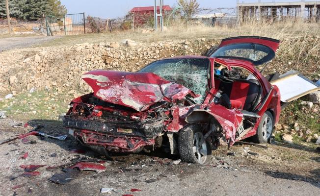 Karşı şeride geçerek otomobille çarpıştı: 1'i ağır 3 yaralı