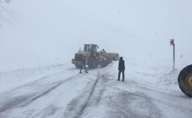 Kara saplanan okul servisinin imdadına karla mücadele ekipleri yetişti!