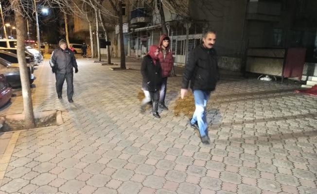 4,9 şiddetindeki deprem sonrası vatandaşlar geceyi sokakta geçirdi!