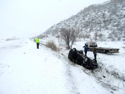 Buzlanan yolda kayan araç takla attı: 6 yaralı