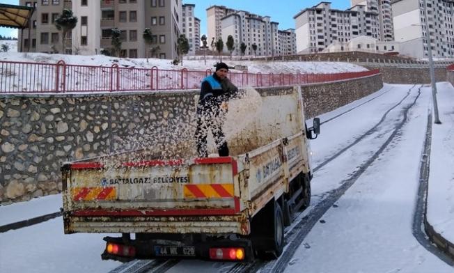 Cadde ve sokaklarda karla mücadele çalışmaları
