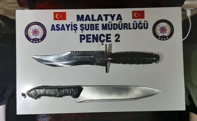 Malatya'da Mavzer tüfek ile kesici aletler ele geçirildi