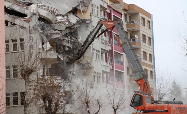 Malatya'da riskli binalar yıkılmaya devam ediyor!