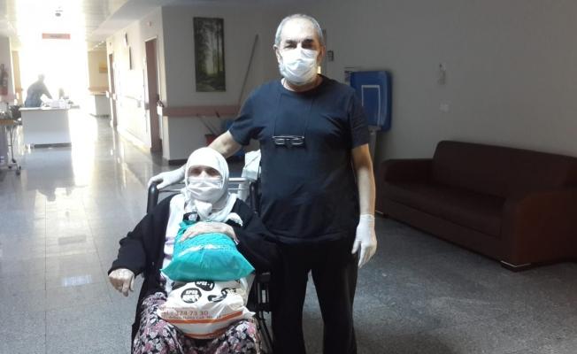 Korona virüsten kurtulan anne ve oğlu taburcu oldu