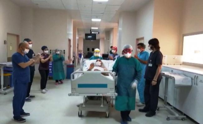Tedaviye yanıt veren koronavirüs hastası alkışlarla servise alındı!