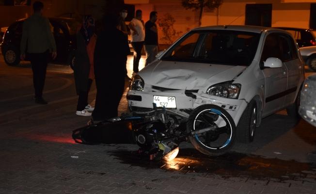 Motosiklet otomobilin altında kaldı: 1 yaralı!
