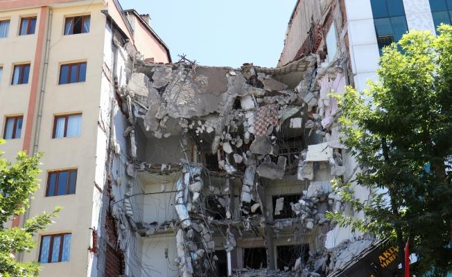 Ağır hasarlı binanın yıkımı sırasında yandaki binada çatlak oluştu…Apartman sakinleri çileden çıktı
