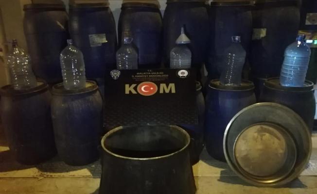 Malatya'da kaçak içki operasyonu: 3 bin 880 litre boğma rakı ele geçirildi