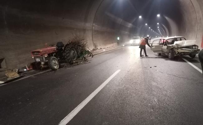 Erkenek Tüneli'nde kaza! Otomobil ile traktör çarpıştı: 3 yaralı!