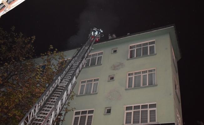 Malatya'da 5 katlı bir apartmanın çatısında korkutan yangın