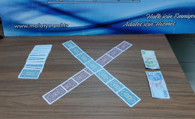 İş yerinde kumar oynayanlara baskın! 4 şahsa ceza yağdı!