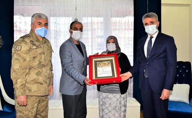 Şehit Özbey'in ailesine şehadet belgesi takdim edildi