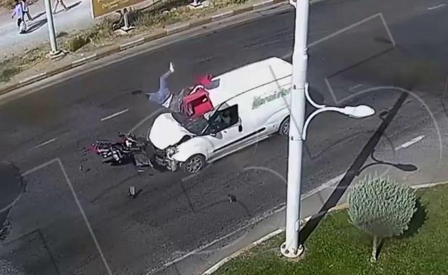 Araç ve motosiklet çarpıştı! Feci kazada motosiklet sürücüsü havaya uçtu