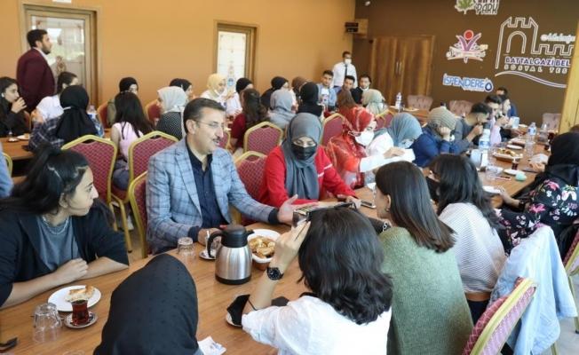 Tüfenkci Malatya'yı tercih eden üniversite öğrencileri ile bir araya geldi