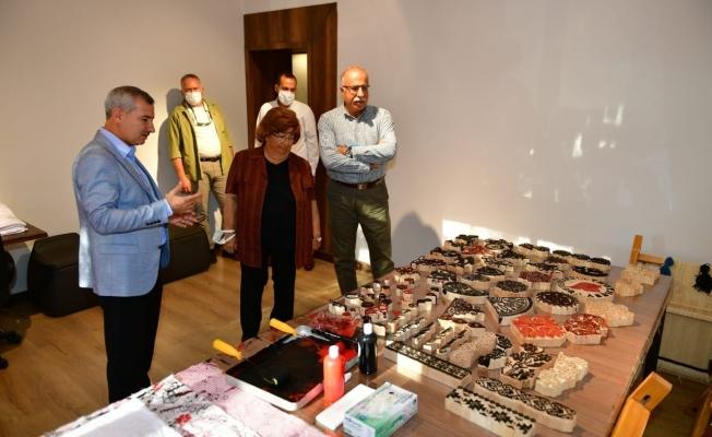 Eski Bakan Akşit, Yeşilyurt'taki tekstil müzesini inceledi