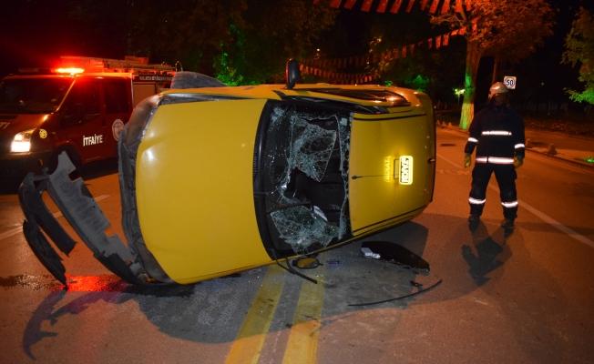Kontrolden çıkan ticari araç yan yattı, sürücüsü araçta sıkıştı!