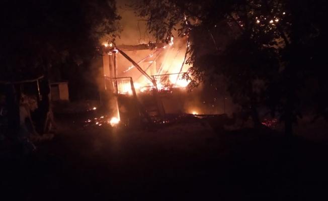 Malatya'da iki katlı evde yangın! Küle döndü!