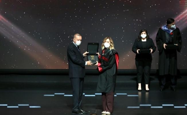 """""""Yılın Doktora Tezi"""" ödülünü Cumhurbaşkanı Erdoğan verdi!"""