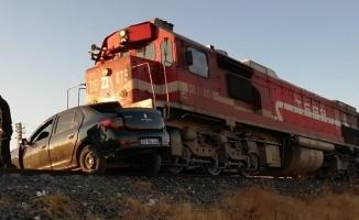 Malatya-Tatvan seferi yapan tren otomobile çarptı: 2 ölü!