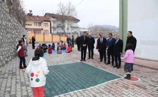 Okul bahçelerinde geleneksel çocuk oyun alanları oluşturuluyor