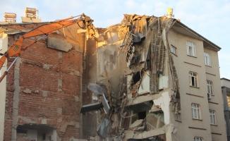 11 kişinin öldüğü 2 binanın enkazı kaldırılıyor!