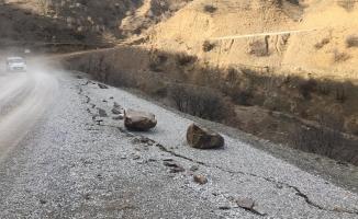 Depremde kopan dev kaya parçaları yolu kapattı!