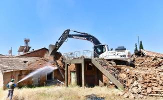 Yeşilyurt'taki metruk evler tek tek yıkılıyor!