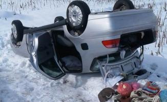 Buzlu yolda kayan araç şarampole yuvarlandı... 2 yaralı