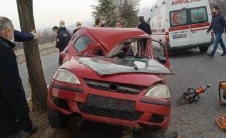 Feci kaza: Direksiyon kontrolünü kaybetti, ağaca çarptı: 1'i ağır 2 yaralı