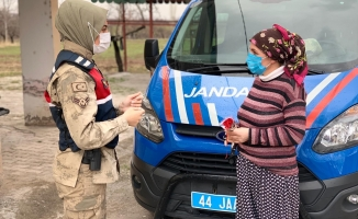 Malatya'da Jandarma görevlileri, şiddet mağduru kadınları unutmadı