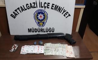 Malatya'da kumar baskınında silah ve uyuşturucu ele geçirildi