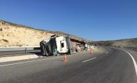 Hızını alamayan kamyon devrildi: 2 kişi hayatını kaybetti!
