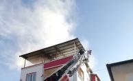 Apartmanın çatı katında çıkan yangın korkuttu!