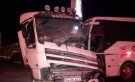 Yolcu otobüsü ile kamyonet çarpıştı: 2 kişi yaralandı!