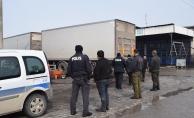 11 tonluk TIR dorsesinin altında kalan işçi yaralandı!