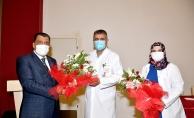 Gürkan hemşireleri unutmadı, çiçek vererek günlerini kutladı
