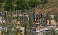 Malatya'da kısıtlama öncesi mezarlıklarda yoğunluk hakim!