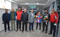 Avrupa Şampiyonu Aktaş çiçeklerle karşılandı!