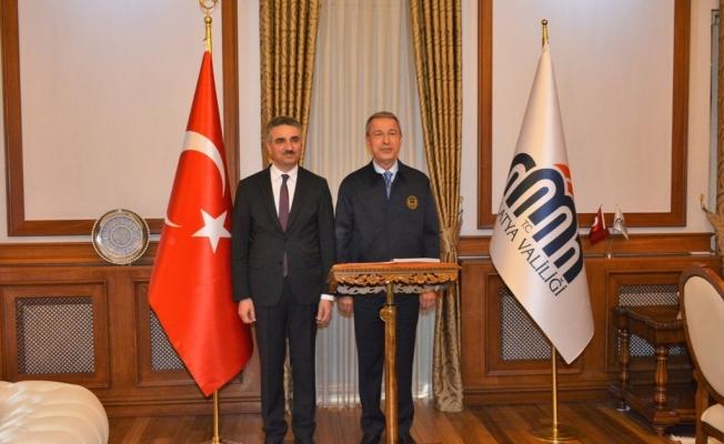 Milli Savunma Bakanı Akar'dan Vali Baruş'a ziyaret