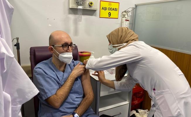 Malatya'da sağlıkçılara 2. doz aşıları vurulmaya başlandı