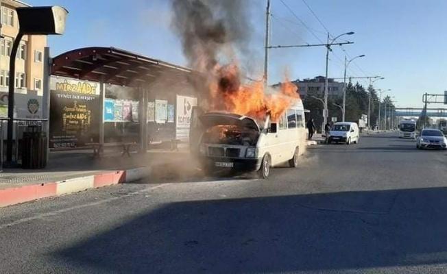 Malatya'da seyir halindeki minibüs alev aldı