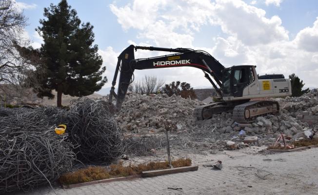 Sultansuyu Harası'nda depremde hasar gören binanın yıkımına başlandı