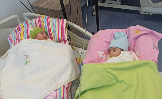 Koronaya yakalanan ikizler annesine kavuştu