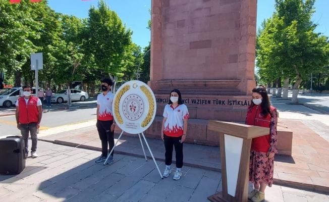 Malatya'da 19 Mayıs dolayısıyla Atatürk Anıtı'na çelenk sunuldu