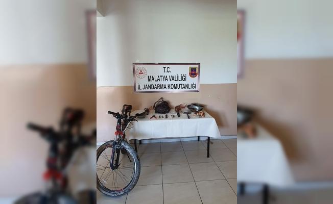 Çaldığı eşyaları bisikletle götürürken yakalandı
