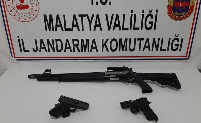 Durdurulan araçta silahlar ele geçirildi