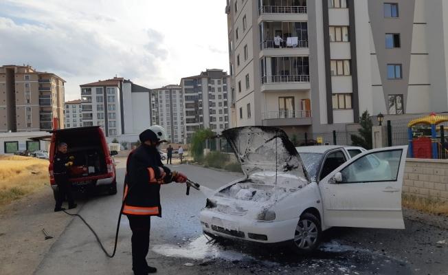 Malatya'da seyir halindeki otomobil alev aldı
